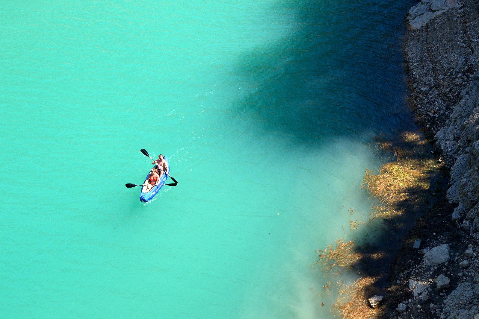 Naviguer en autonomie dans le Verdon, c'est se donner l'opportunité de profiter à son rythme de l'eau couleur turquoise de sa rivière et de ses lacs ! En couple, en famille ou entre amis...