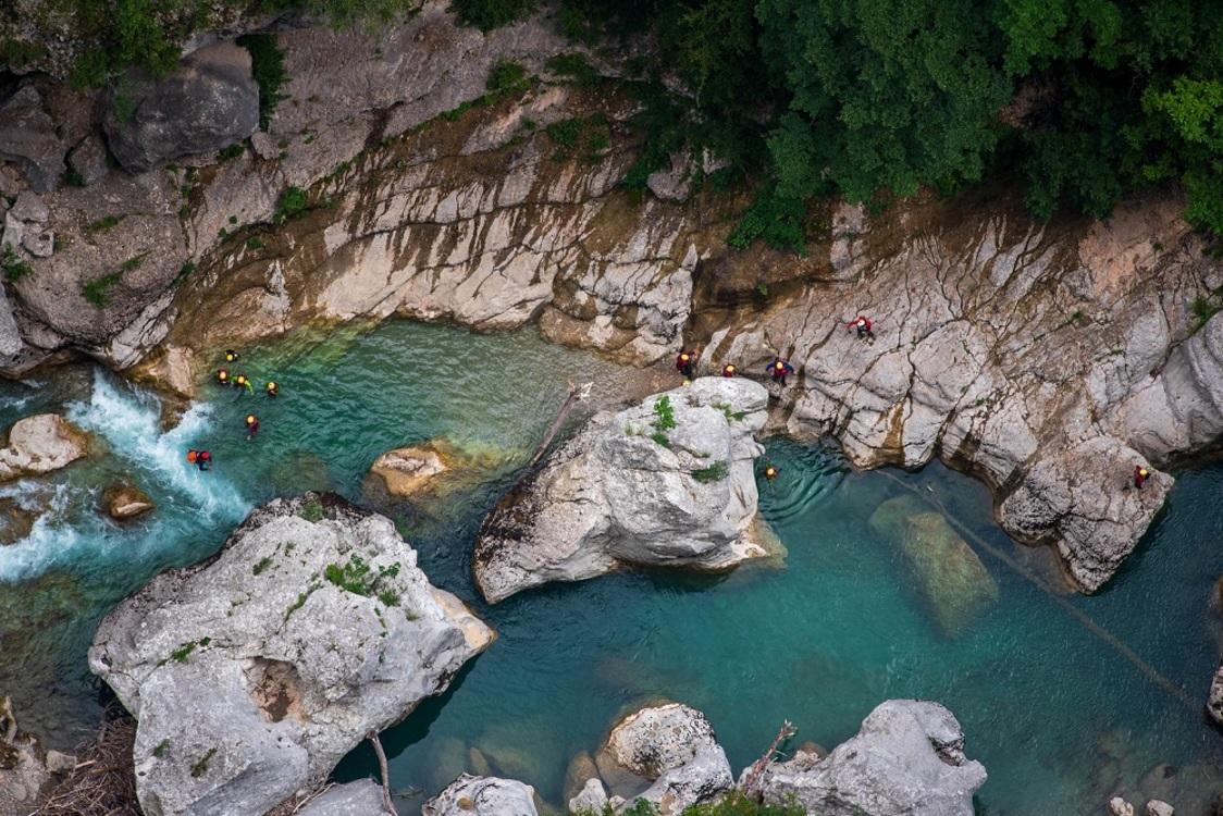 Dans le secteur du Grand Canyon du Verdon plus spécifiquement, l'ensemble des activités eau vive (canyoning et aqua rando, rafting, etc.) sont de ce fait obligatoirement encadrées... [Crédit photo : ©Alain Stollon Visualhunt]