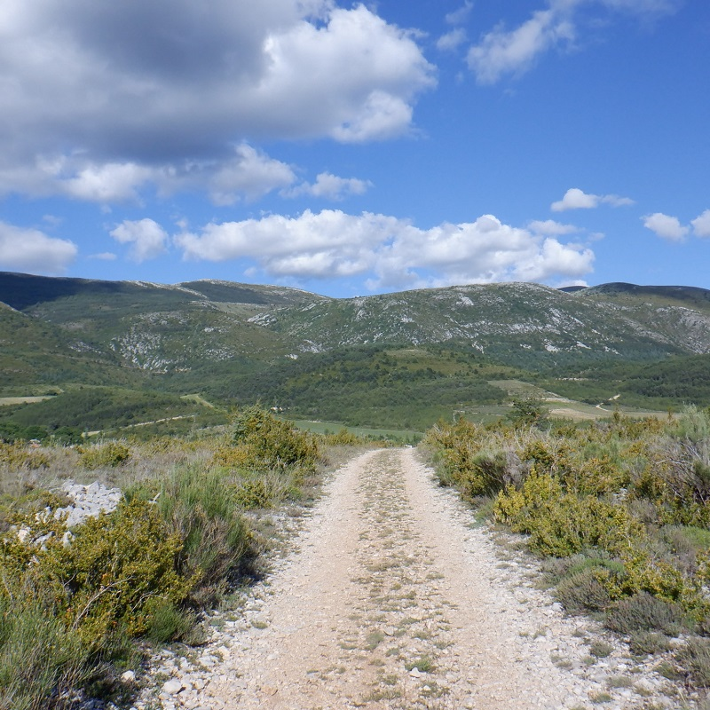 Sur le plateau de Vénascle, chemin en direction du hameau de Vincel et perspective sur le massif de Montdenier