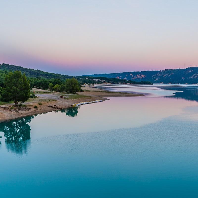 Le lac de Sainte-Croix, à proximité du pont de Galetas et de la plage du même nom, au coucher du soleil