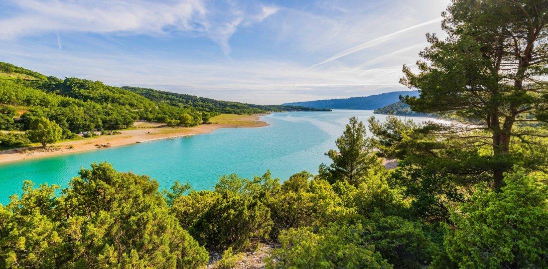 Les berges du lac de Sainte-Croix se dessinent après seulement 4 km de marche !