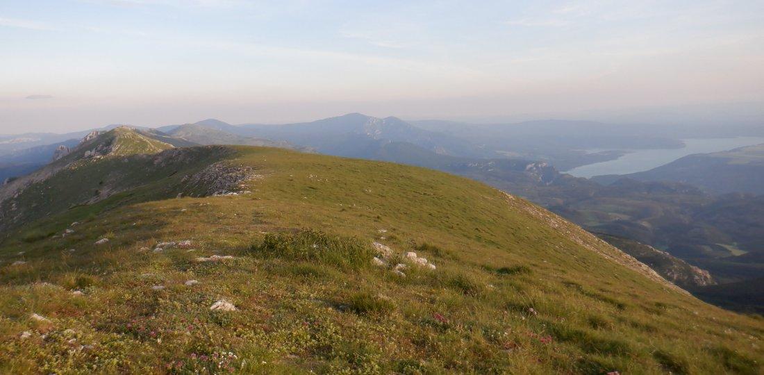 Depuis le sommet du Montdenier, perspective sur la crète du massif et lac de Sainte-Croix