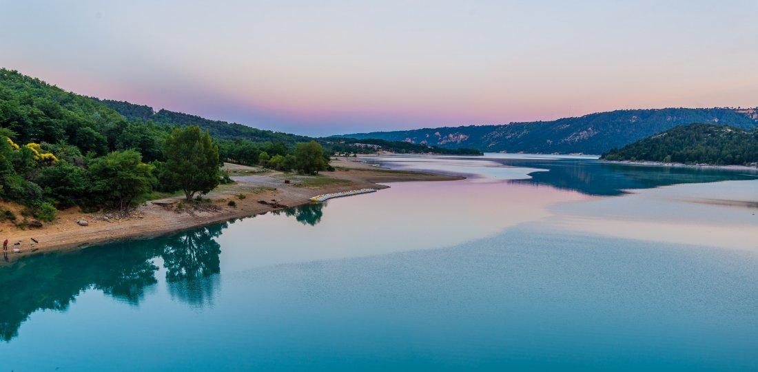 Tout l'offre en activités aquatiques de Moustiers : pêche, bases nautiques pour des balades en eau calme, sports d'eaux vives en tous genres ! (©AD04-Teddy Verneuil)