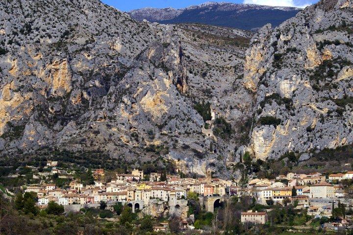 Suggestion de 5 magnifiques itinéraires de randonnée de distances moyennes et longues à effectuer depuis le village de Moustiers