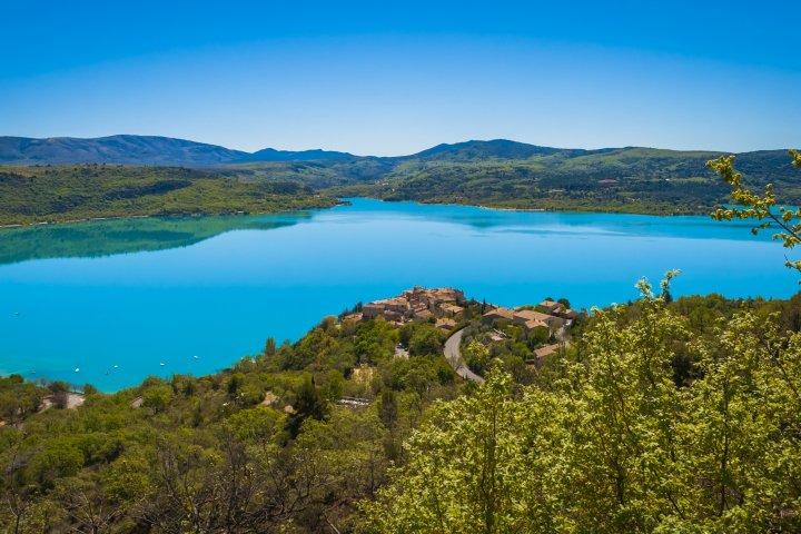 Vue d'ensemble du lac de Sainte-Croix, le terrain de jeu de cette randonnée itinérante !