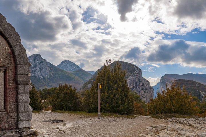 L'arrivée au belvédère du Point Sublime, qui offre l'un des panoramas les plus emblématiques sur les gorges du Verdon !