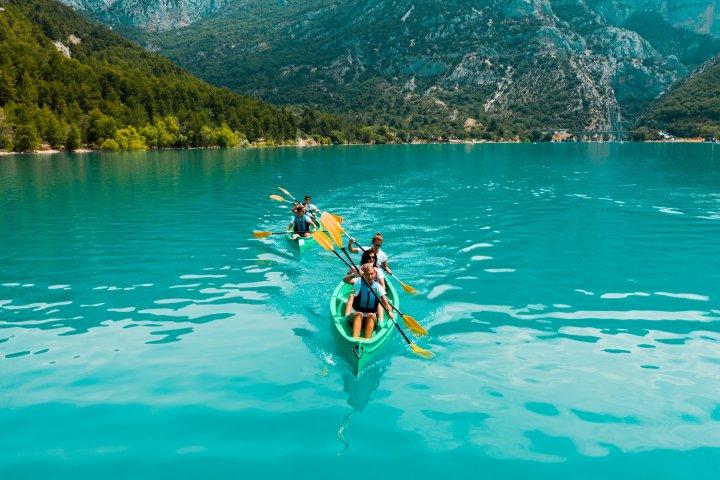 Le canoë sur le lac de Sainte-Croix sera naturellement l'un des épreuves du riche programme de ce raid multisports !
