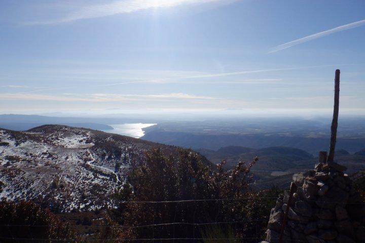 Dans les derniers kilomètres de la montée, lorsque le sommet du Pavillon est en approche, la vue sur le lac de Sainte-Croix se dégage beaucoup plus nettement...
