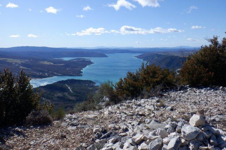 """L'itinéraire des """"Crêtes de l'Ourbes"""" vous offrira notamment un superbe point de vue sur le lac de Sainte-Croix !"""