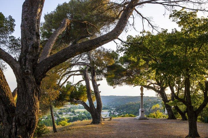 À proximité de Moustiers, la montée à la chapelle Sainte-Maxime de Riez est l'une des nombreuses charmantes randos en familles que nous vous invitons à suivre dans le Parc du Verdon... (©AD04-Thibaut Vergoz)