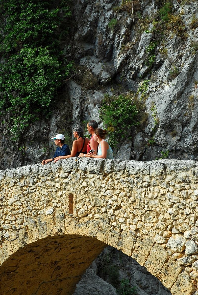 Le pont du Riou, peu après la traversée de la porte fortifiée du même nom...