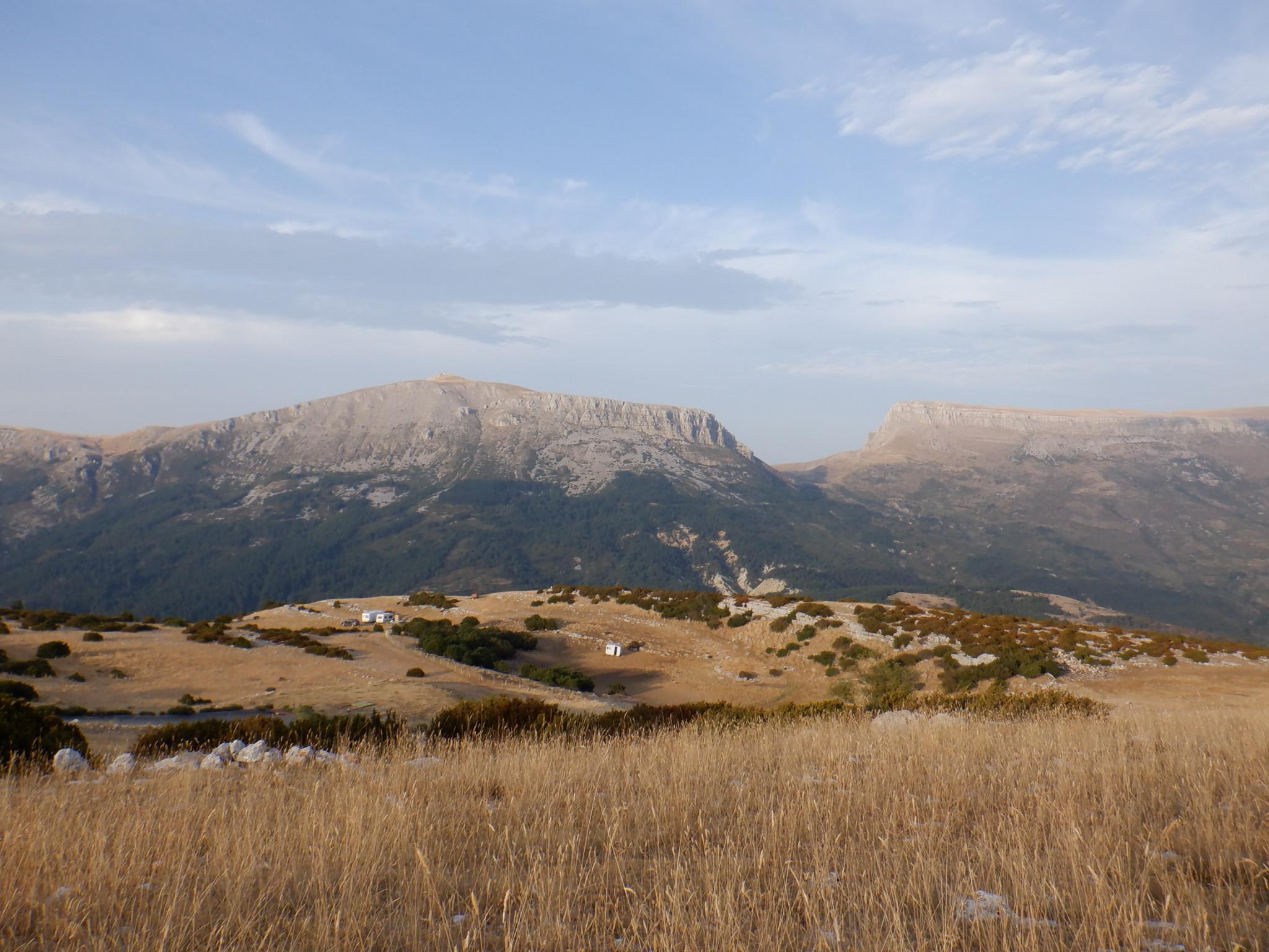 Depuis le pied du Pavillon, regard vers l'est et les massifs du mont Chiran et du Mourre de Chanier.