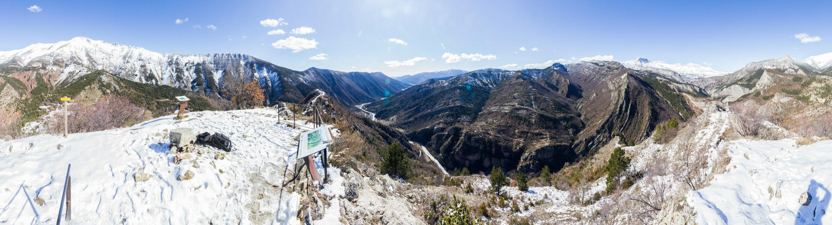 Le Vélodrome d'Esclangon : lun des plus beaux panoramas géologiques de l'UNESCO Géoparc de Haute Provence